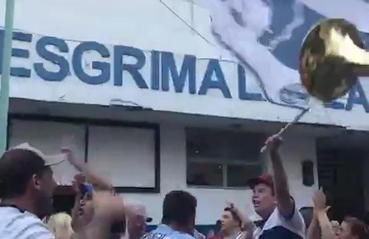 Hinchas de Gimnasia piden a Maradona que siga