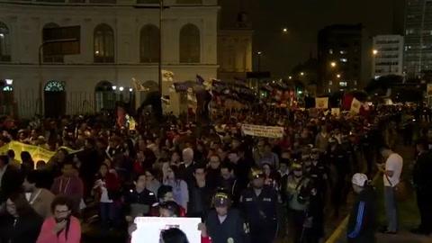 Marchan en Perú contra ley que beneficia a expresidente Fujimori