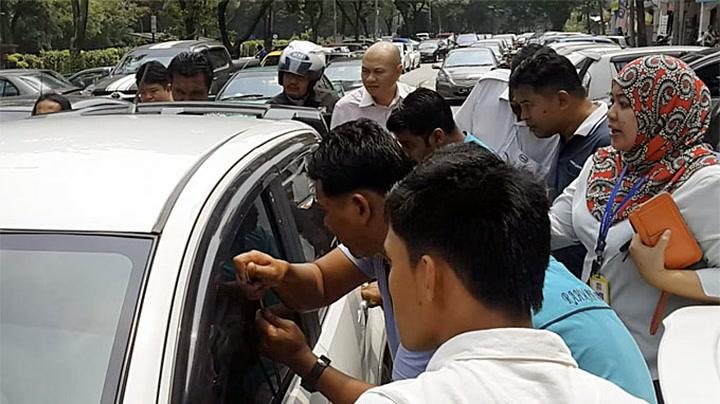 Fremmede reddet barn fra glovarm bil