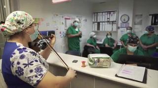 La enfermera y su violín dan una nota de aliento a pacientes COVID-19 en Chile