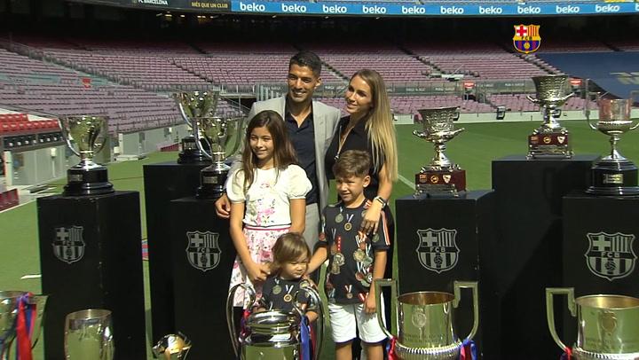 Luis Suárez posa  en el Camp Nou con su familia y las copas de su palmarés