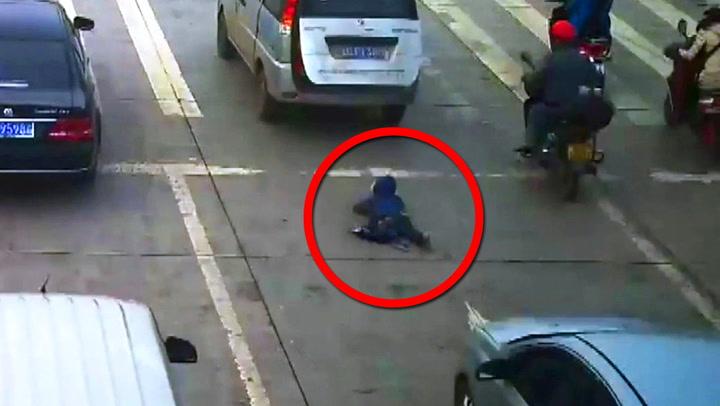 Barn falt ut av bil – påkjørt av bilen bak