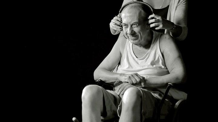 Sjekk hva som skjer når demente får høre AC/DC!