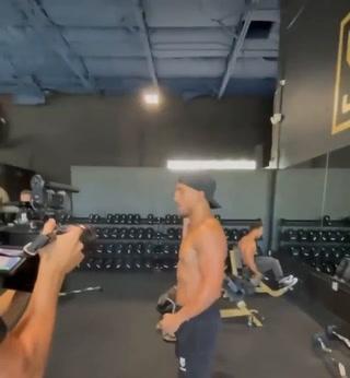 Boxeador hondureño Teófimo López resiste fuerte puñetazo en el abdomen