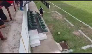 ¡Motagua lo volvió a hacer! Así captaron a un utilero del Ciclón en el banquillo del Juticalpa FC.