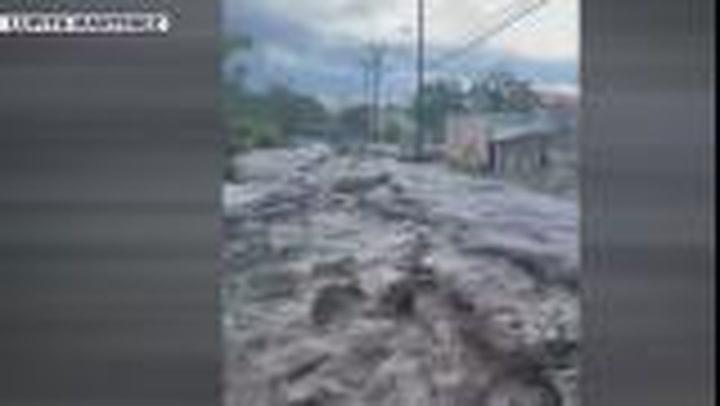 Flood waters gush down Route 60 in Arizona as monsoon alert issued