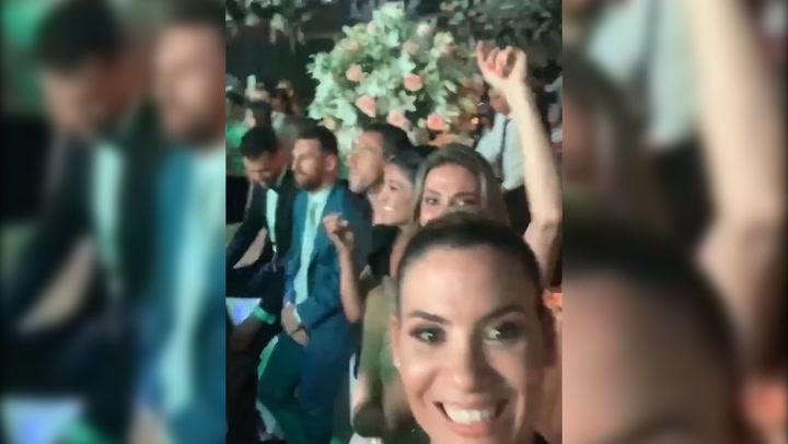 Messi, Busquets y Maxi Rodríguez en medio de la fiesta de Luis Suárez y Sofía Balbi