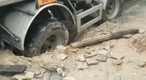 Un camión cisterna cargado con combustible quedó atascado al hundirse la vereda