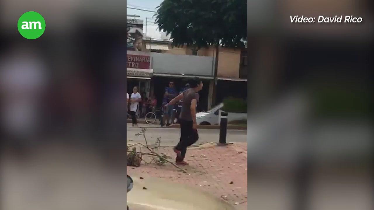 Video: Joven sufre crisis nerviosa tras manejar en sentido contrario y chocar