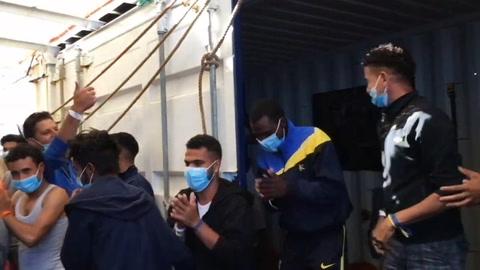 Italia autoriza trasladar 180 migrantes rescatados a un barco de cuarentena en Sicilia