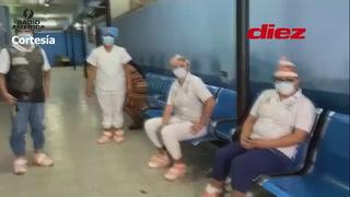 Con bolsas en los pies ante la escasez de trajes de protección contra el coronavirus, así atienden en Centro de Salud de San Pedro Sula