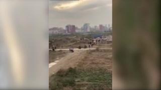Hombre tumba con fuegos artificiales la excavadora que trataba de demoler su casa en China