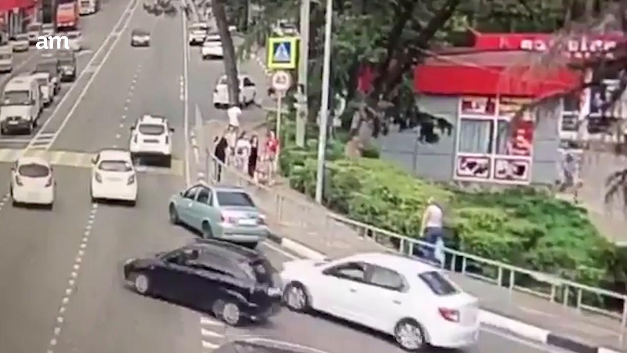 Video: Auto embiste a peatones en Rusia