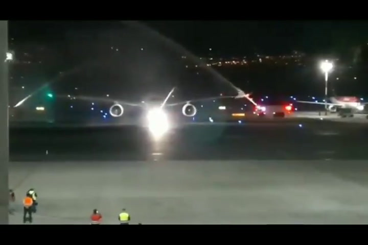 El espectacular recibimiento al avión donde llegaba Richard Carapaz a Quito