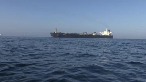 Petrolero iraní retenido en Gibraltar zarpa, Irán advierte a EEUU contra bloque
