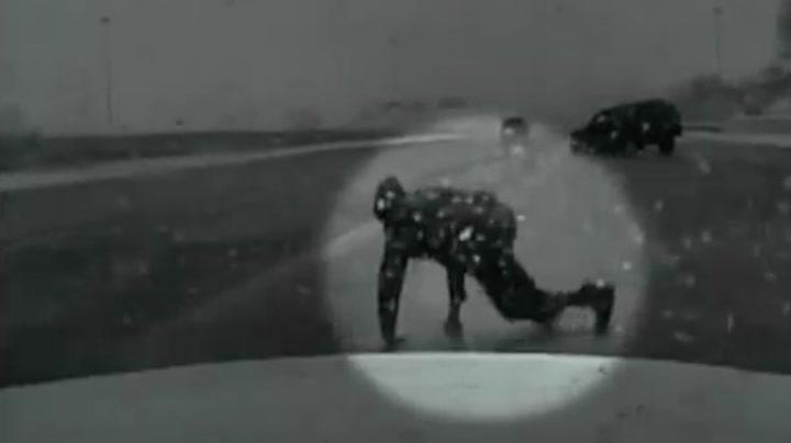 Ble kastet ut av bilen under krasj - kunne gå videre