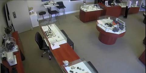 Un hombre pidió probarse un anillo de 27 mil dólares en una joyería, para luego huir con la pieza