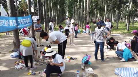 Activistas participan en el Día Mundial de la Limpieza del planeta