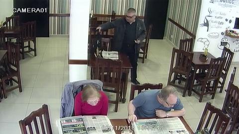 El instante en que un punguista le roba la billetera a unos desprevenidos clientes de un bar