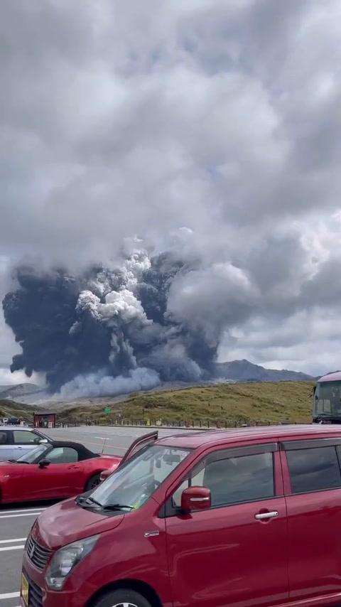 VIDEO: Volcán Monte Aso entra en erupción en Japón