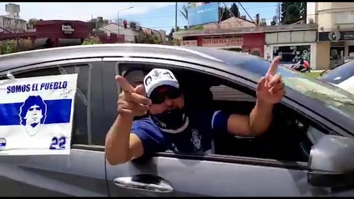 Caravana de hinchas en apoyo de Maradona