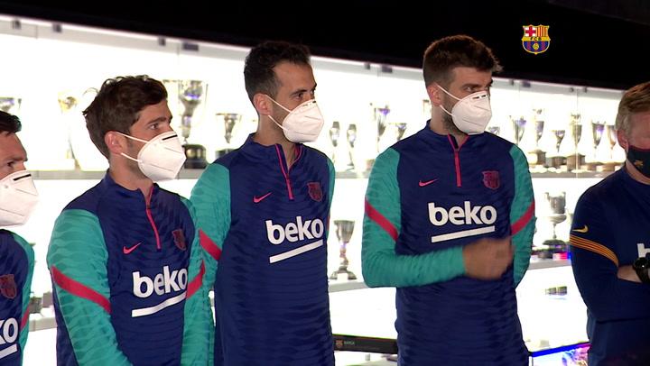 Los capitanes del primer equipo acompañados de Laporta entregan la Copa al Museu del Barça