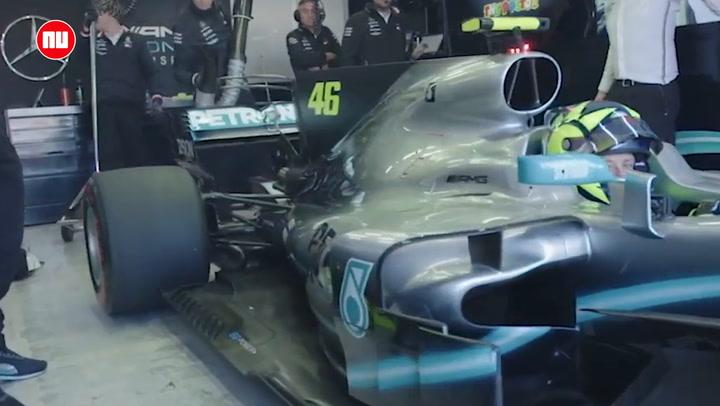 Lewis Hamilton en Valentino Rossi wisselen van voertuig