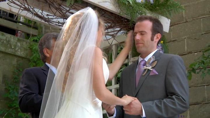 Her klasker hun til brudgommen – midt i seremonien!