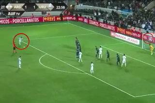 Video: Luis Suárez le rompió el arco a Argentina de Lionel Messi con golazo de tiro libre