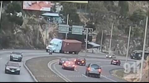 Camarás del 911 captan momento en que contenedor aplasta a vehículo en aldea El Durazno.