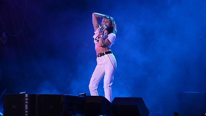 Miley Cyrus celebra su 27 cumpleaños entre rumores de ruptura con Cody Simpson