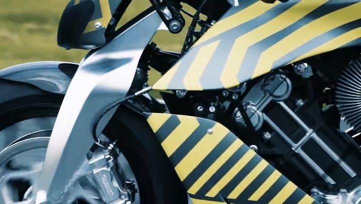 LA AMB 001, la primera moto de Aston Martin, ya ruge en el circuito