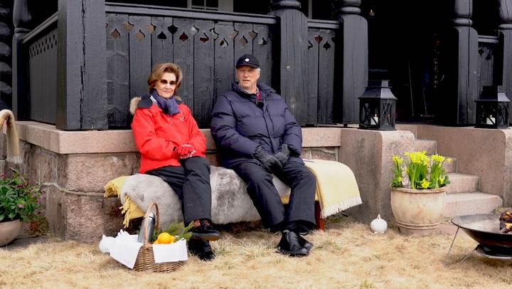 En un banco en el jardín, junto a un fuego y compartiendo té de un termo, el singular mensaje de los Reyes de Noruega