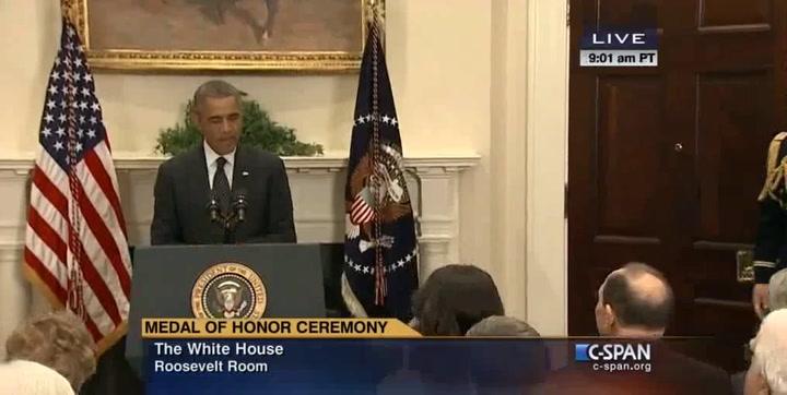Video: Obama reikt onderscheiding uit
