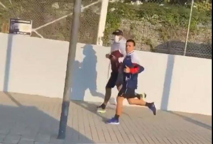 Arturo Vidal entrena por las calles de Barcelona