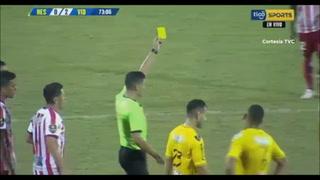Patadón y siguió jugando de gratis: árbitro perdona a Iván López en el Real España-Vida