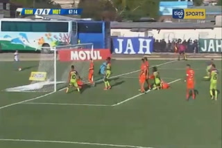 Walter Martínez salva al Motagua y saca la pelota de la raya de gol