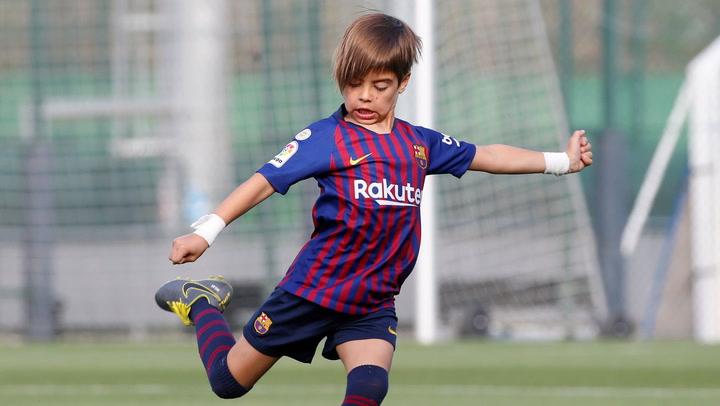 Milan Piqué se entretiene practicando 'chuts' en la Ciutat Esportiva
