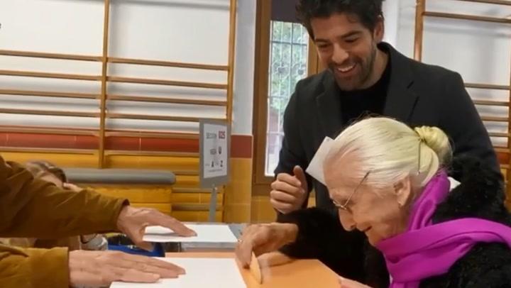Miguel Ángel Muñoz, un nieto ejemplar: acompaña a su Tata de 95 años a votar