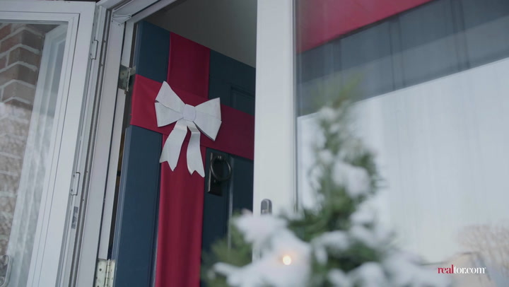 DIY Holiday Decor: Gift-Wrap Your Front Door!