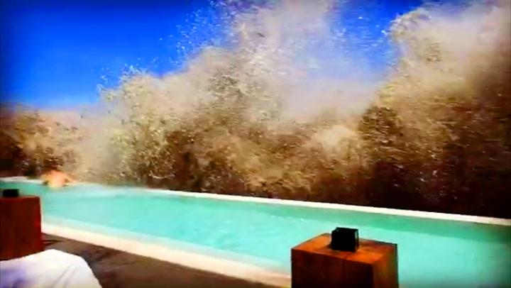 Badegjester tatt på solsenga av kjempebølge