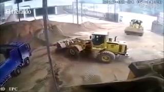 Una mujer es arrojada a una trituradora por una excavadora en China
