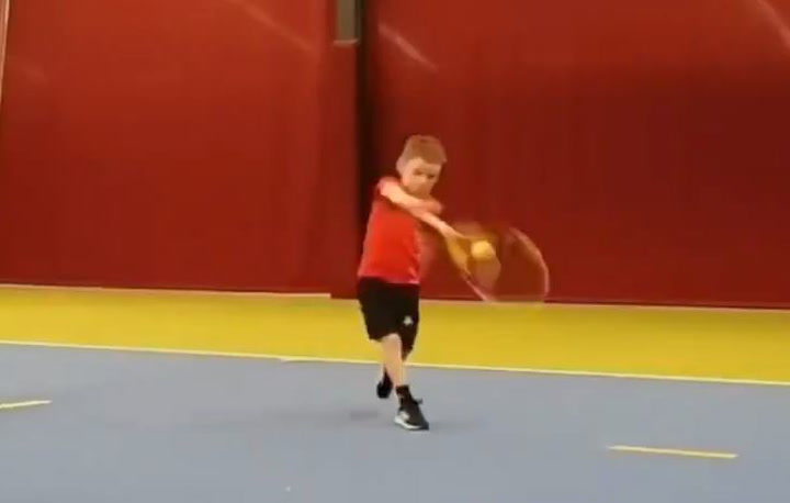 Un Federer en potencia. Mira cómo golpea con solo 6 años
