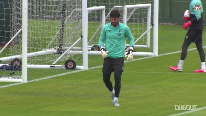Alisson treina para terminar temporada em alta no Liverpool