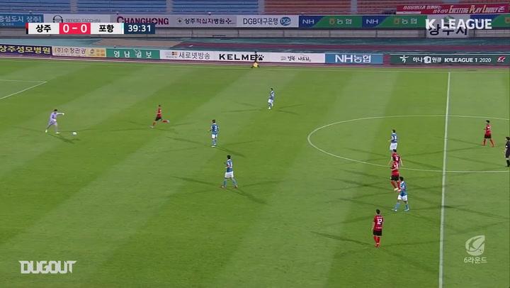 Pohang goalkeeper Kang Hyeon-mu assists for Stanislav Iljutcenko