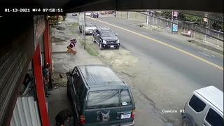 Hombre es derribado por perro en la calle