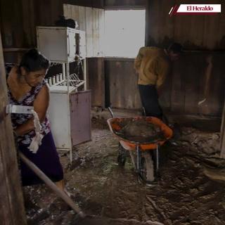 A levantarse del fango en las zonas afectadas de Honduras tras el paso de Iota