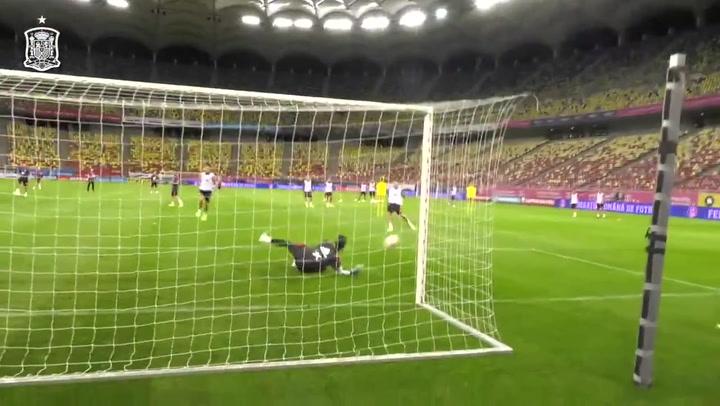 Recital de estiradas de los porteros de la selección antes del enfrentamiento con Rumanía