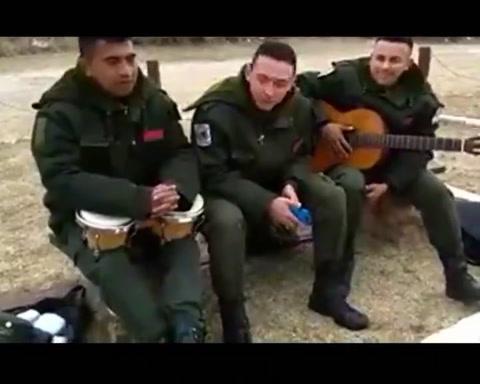 Son cracs: gendarmes cordobeses la rompen cantando Maluma