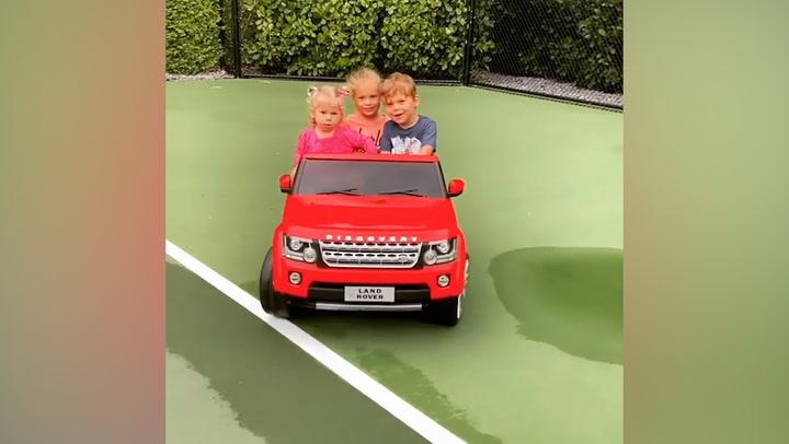 Las imágenes de los tres hijos de Enrique Iglesias juntos y \'al volante\'